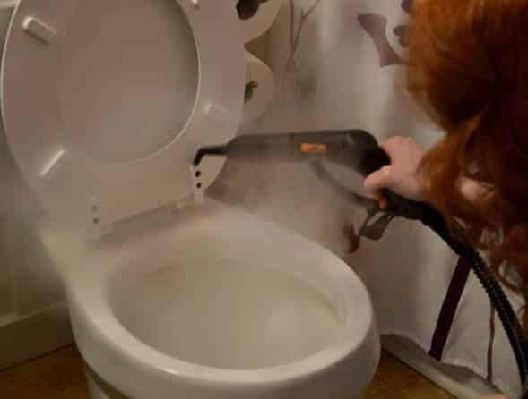 WC pöntön pesu höyrypesurilla